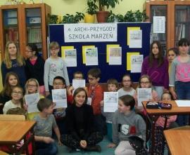 Klasa 5d na tle tablicy prezentującej prace na temat Szkoły marzeń