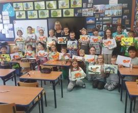 Uczniowie wraz ze swoimi pracami wykonanymi techniką origami