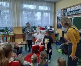 Święty Mikołaj rozdaje prezenty uczniom klasy 1b