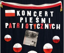 tablica z napisem koncert pieśni patriotycznych